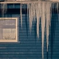 Icicles vs Ice Dams on the Roof of Your Michigan Home